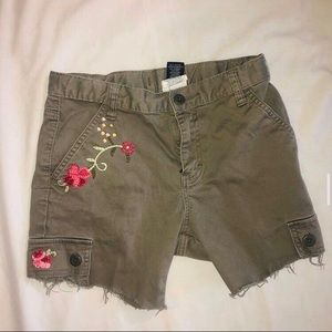 CARGO SHORTS WITH EMBROIDERED FLOWERS